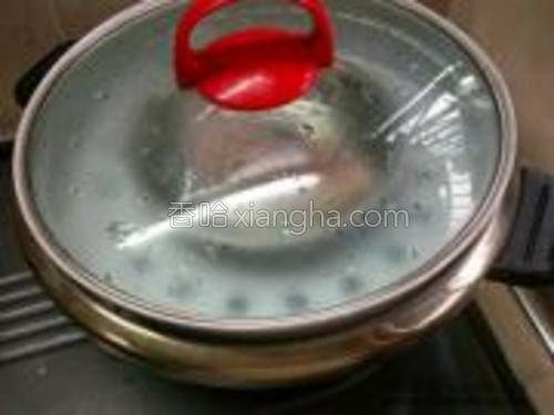 水沸后将鱼放入锅里盖上盖蒸5分钟。