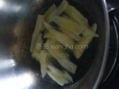把木薯片下锅炸至金黄色。