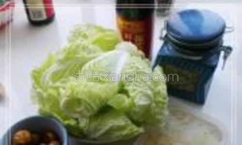 准备材料:上汤一盒;白菜一盘;去皮的熟栗子适量;泡开的枸杞5克;淀粉一大勺;盐少许;耗油两勺。