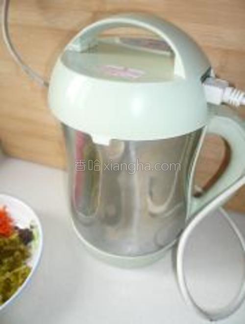 放入豆浆机里,加适量水。五谷豆浆档。