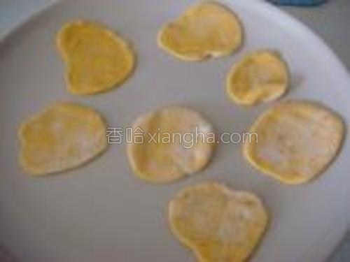 将揉好的南瓜面粉分小块用擀面杖擀成薄片(也就是花瓣)