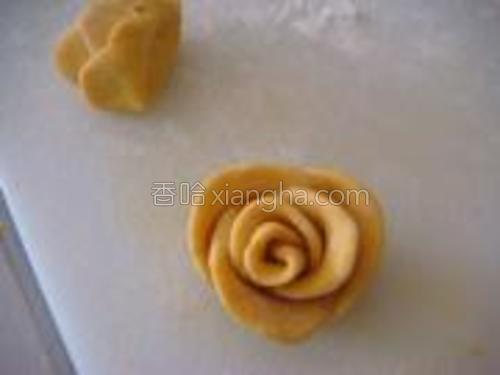 切去花尾巴的成品--黄玫瑰。漂亮哦。。。