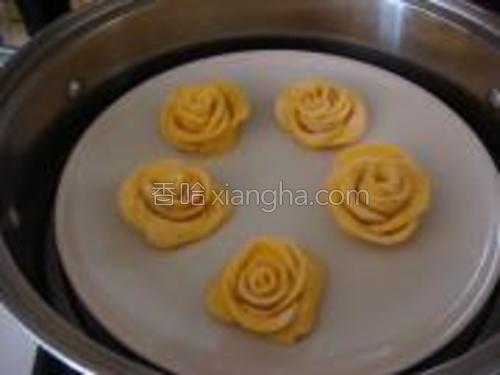 蒸锅烧开水以后,放做好的黄玫瑰花包子进去蒸15分钟。熄火,闷五分钟。