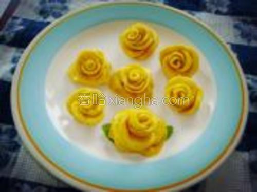 """最后全部摆放到一个碟里,可以享用了。南瓜的清香,牛奶的香甜,南瓜面粉""""黄玫瑰""""亚米呀米。"""