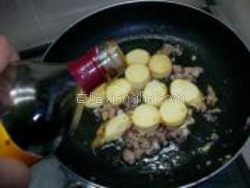 将豆腐入锅,加入适量的酱油及鸡精粉。