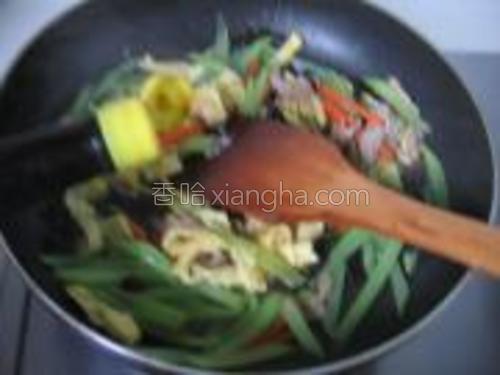 加入少许美极鲜味汁翻炒几下出锅。