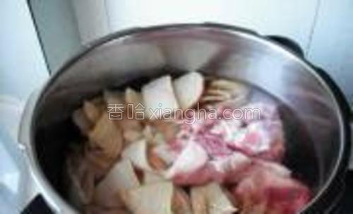 将大骨、竹笋、生姜放入高压锅,加入适量盐,清水。