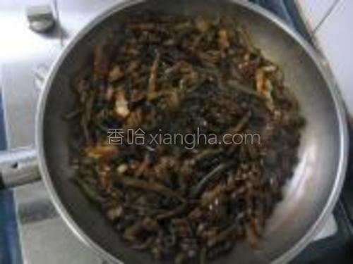 锅内下入蒜瓣,海茸,加耗油、盐翻炒。