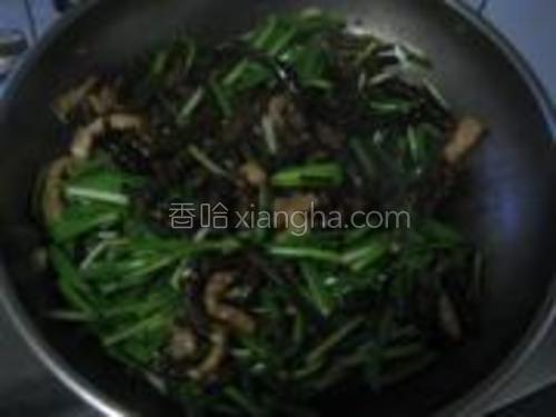 炒至海茸快熟时下入韭菜翻炒。
