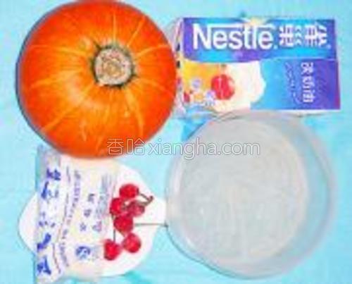 琼脂条提前用冷水泡至吸饱水份成四方条状。