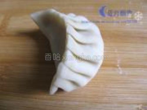 将饺皮对折,捏一些小折就成饺子了。