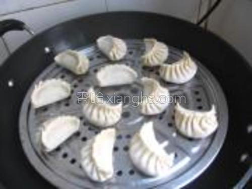 锅中烧水,水开后放入饺子蒸10分钟左右。