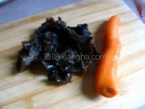 材料:胡萝卜,木耳。