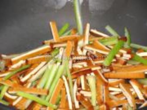 锅中少油,放入豆干,芹菜炒香,加少量盐,鸡精炒匀。