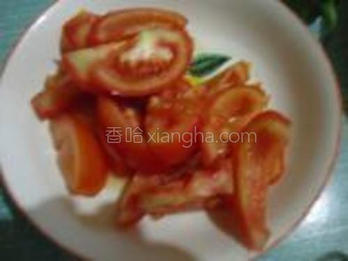 将番茄切成片。
