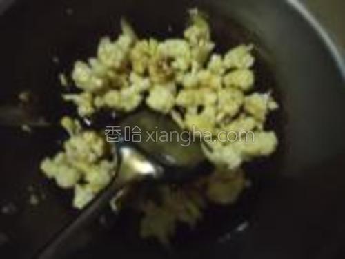 锅内放入底油将菜花放进去,加入葱丝,少许酱油、盐、白糖。