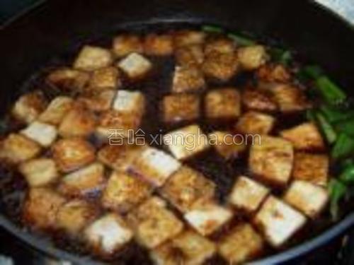 加入水和盐烧开,转小火盖盖盖子焖至汤汁浓缩豆腐炖出蜂窝。