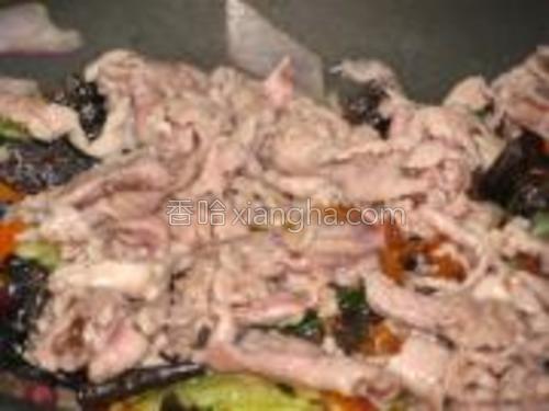 放入肉片翻炒均匀,加少量鸡精。