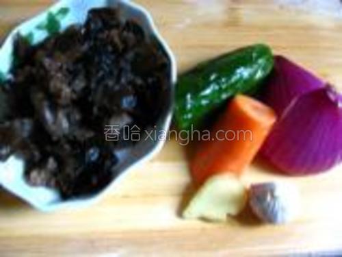 配菜:胡萝卜,黄瓜,木耳,洋葱。