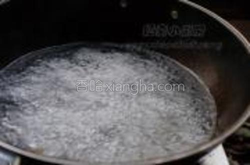 热锅大火放适量清水,等水烧开后放少许熟油。