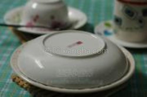 出锅后马上用一盘子盖好,等到吃时再打开。