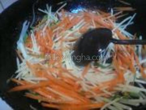 再放土豆丝和胡萝卜丝,加生抽和醋翻炒。