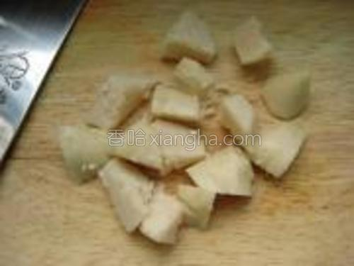 粽子切小块。