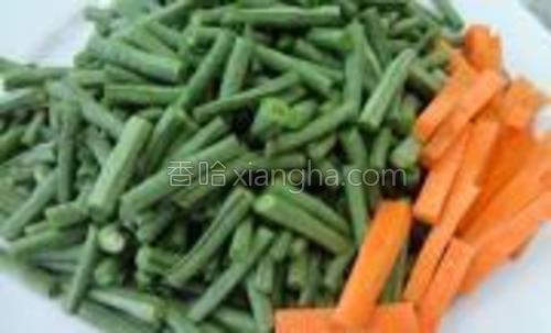 用少许带色其它蔬菜切成条搭配(与前张图光线不同,片片的颜色差很多,哈哈,别介意~)