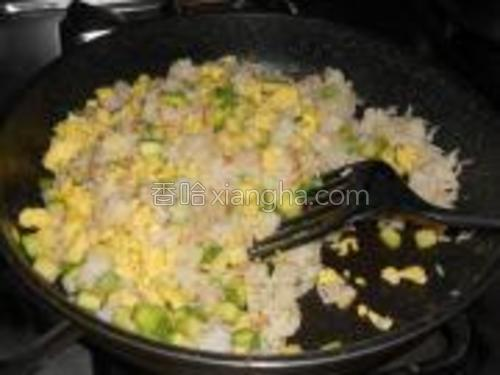 放入西葫芦和鸡蛋炒匀,放盐,糖,生抽调味即可。