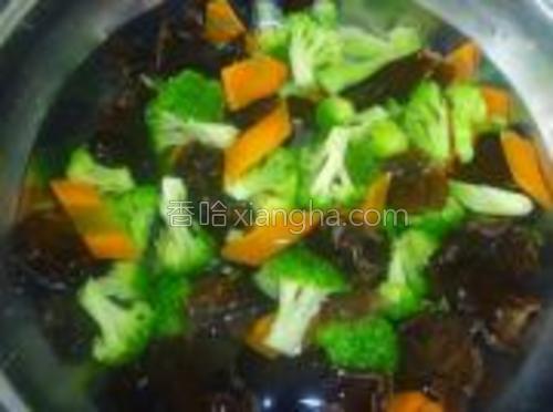 锅内放入水,开锅后放入所有食材焯水后过凉水备用。