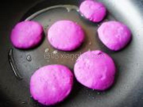 锅中放油烧热,放入紫薯小饼煎。