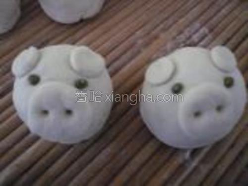 包好馅,团成馒头状,再用三小块面团贴在耳朵和鼻子处,用筷子在鼻子处扎两孔,用绿豆做眼睛。