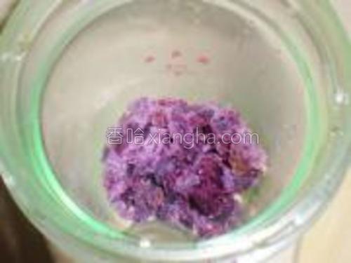 将紫薯块放入料理机中。