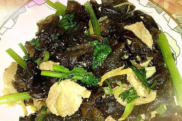 芹菜肉片炒木耳的做法
