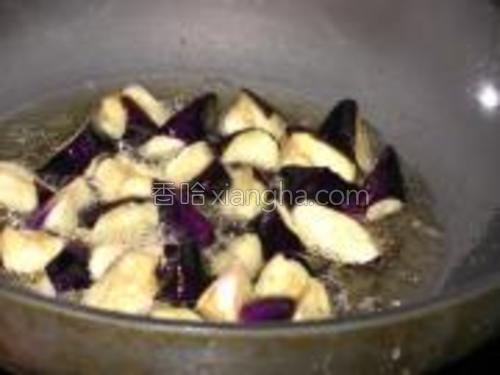 锅中加少油,放入姜蒜炒香。