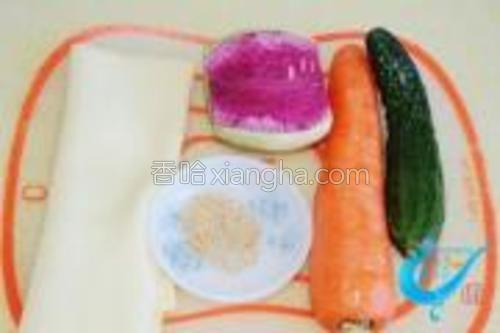 干豆腐皮一张、心里美萝卜、胡萝卜、黄瓜、熟芝麻。