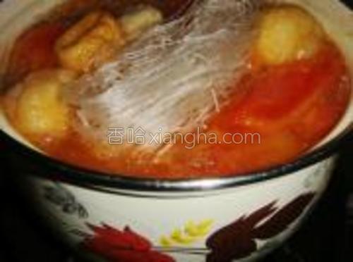 加入各种丸子煮沸,再加入粉丝煮软。