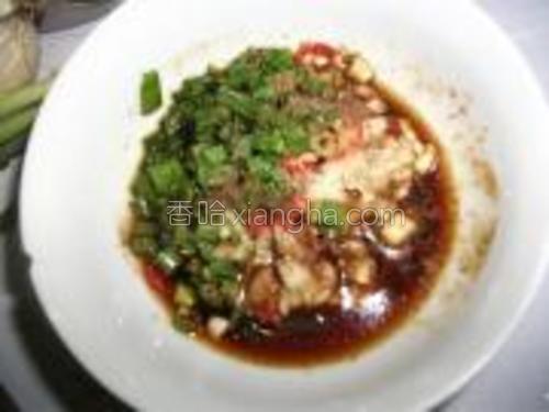 蒸茄子的时候将小米椒、大蒜、香葱切成细末,装入碗内加食盐、白糖、生抽、白醋、花椒粉拌匀,另起锅,倒食油烧至冒烟时倒入调料碗内。