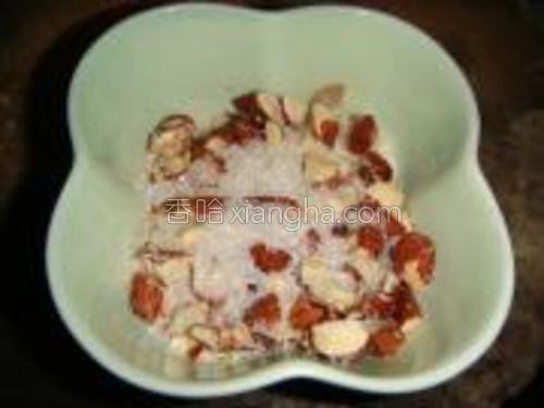 把杏仁碎和适量椰蓉混合,放入微波炉里叮1分钟,倒入少许白糖拌匀。(30秒拿出搅拌一下)