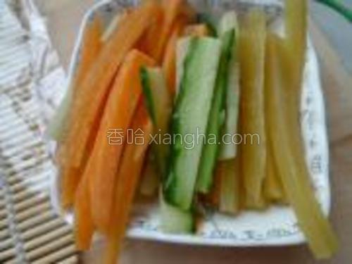 黄瓜、萝卜、大根切成小条。