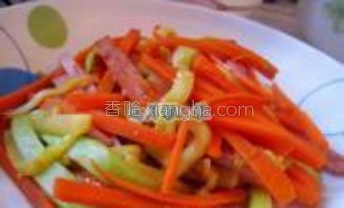 胡萝卜,西葫芦,火腿放入锅里炒熟,加适量盐。