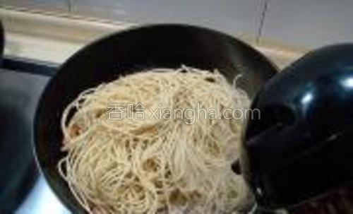 把蘑菇炒匀后改为小火,然后把面条铺在蘑菇上,往锅中注入开水,水与面条持平即可。