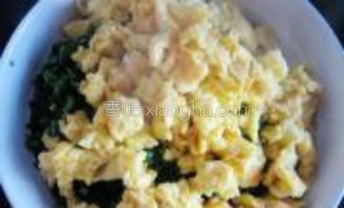 炒好的鸡蛋碎倒在切好的韭菜上