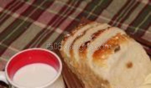 出炉后取出面包放凉,再用食品袋扎紧,吃时可切片。