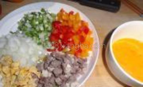 牛肉是提前煮熟的。彩椒、蒜苗切丁,鸡蛋打散。