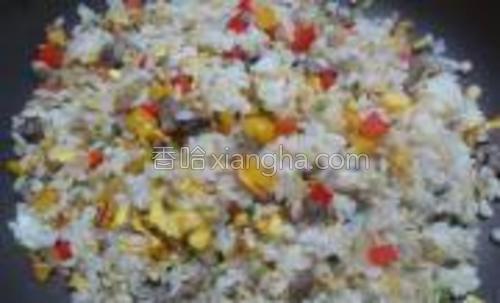 迅速拌匀米饭后,把炒好的菜倒入锅里拌匀后即可出锅。