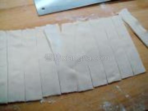 把面皮压好后折叠好,然后用刀切成2.5厘米宽的板儿面。