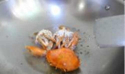 油锅下螃蟹翻炒炒