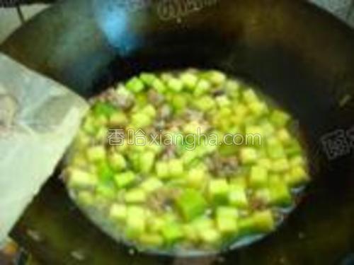 加入南瓜块,翻炒变软,加入少许水将南瓜炖8分熟。