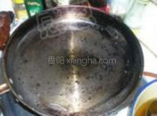 煎锅放油烧至温热。